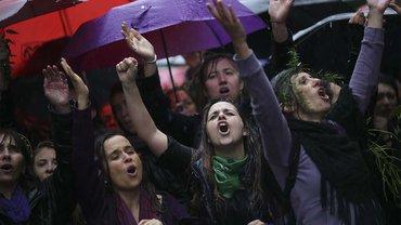 """19. Oktober 2016: In Buenos Aires protestieren tausende von Menschen gegen Gewalt gegen Frauen. Aufgerufen dazu hat die soziale Bewegung """"Ni Una Menos"""" (Nicht eine weniger), nachdem erneut ein 16-jähriges Mädchen vergewaltigt und ermordet worden ist"""